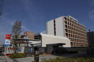 横浜市綱島にあるTsunashima SST(サスティナブル・スマートタウン)の外観。右の建物が慶応義塾大学の国際学生寮、左に水素ステーションが見える