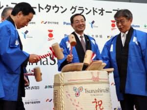 鏡割りで街開きを祝うパナソニックの津賀一宏社長(中央)