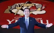 「エビス」のロゴをバックに尾賀真城社長