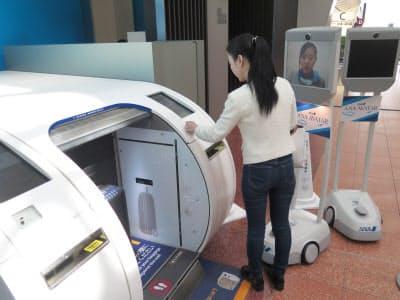 空港業務における遠隔操作ロボット活用のデモ。中国人の乗客に対し、中国語を話せるANAグループ社員が遠隔地から手荷物のチェックイン方法を説明する
