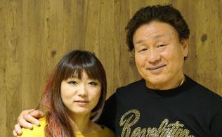 SNS対策を指南する娘の嶋田紋奈さんと