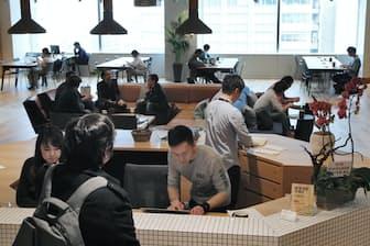 シェアオフィスが増えて起業コストは下がってきたが、やはり毎月の出費は負担になる。写真はイメージ(東京都千代田区のウィーワーク丸の内北口)