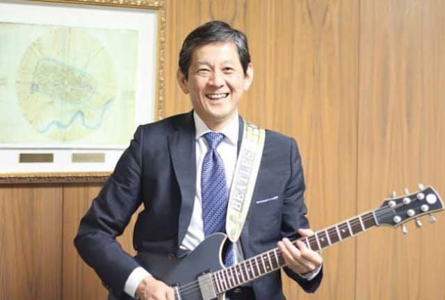 夜、社内でギターを弾くこともあるというヤマハの中田卓也社長