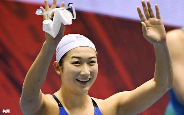 女子100メートル自由形で2連覇を果たし歓声に応える池江璃花子。53秒03の日本新記録をマークした(8日、東京辰巳国際水泳場)=共同