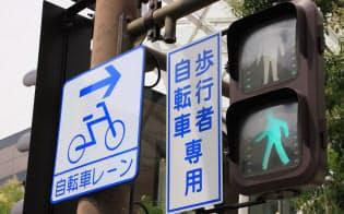 「普通自転車通行指定部分」の標識がある場合でも歩行者の妨げとなる場合は一時停止する必要がある=PIXTA