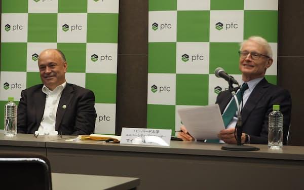 講演後の記者説明会に臨むマイケル・ポーター氏(右)と、PTC社長兼CEOのジェームズ・E・へプルマン氏(左)