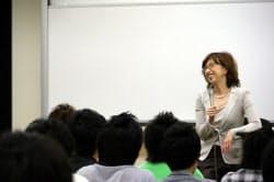 早稲田大学の授業で特別講師として学生の質問に答える南場社長(5月25日)