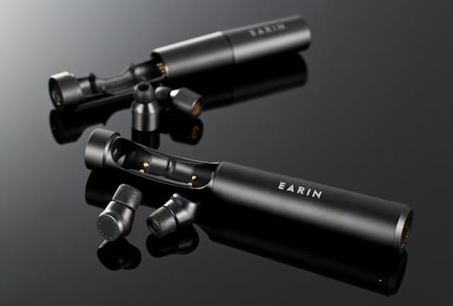 完全ワイヤレスイヤホンの先駆けともいえるEARINから2018年2月に発売された新作「EARIN M-2」(手前)。15年発売された「EARIN M-1」(奥)からどう進化したのか