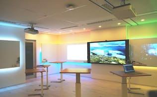 アイデアの創出を促す専用会議室を設置した。「Surface Hub」やホワイトボード、付箋紙などを使いながら議論できる