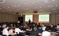 講演した角川氏は顧客の購買プロセスが変化していると強調した(17日、東京都千代田区)