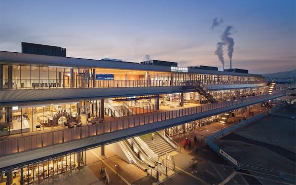 JR徳山駅北口に立つ地上3階建ての施設。橋上駅舎の自由通路と一体的に整備され、施設内を通路が貫通して駅前広場へとつながる(写真:吉田 誠)