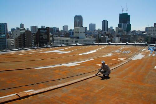 既存の塗装を剥離した大屋根。右奥にはJR渋谷駅前で建設中の「渋谷ヒカリエ」が見える (写真:日経アーキテクチュア)