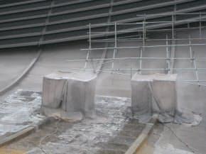 既存の塗装面に剥離剤を塗布して含浸させ、水を高圧噴射して塗料を洗い流す作業を、2度繰り返した。塗料の飛散を防ぐために作業は箱の中で行った (資料:丹下都市建築設計)