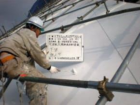 補修した大屋根の鉄板に錆止め塗装を施した後、フッ素樹脂遮熱塗料(太陽熱高反射塗料)を3段階に渡って塗布した (資料:丹下都市建築設計)
