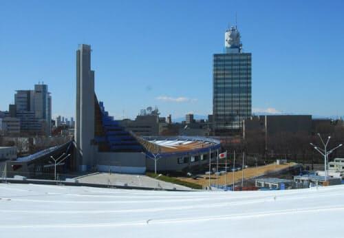 第一体育館の屋根から撮影した第二体育館。同様の塗装工事を終えた (写真:日経アーキテクチュア)