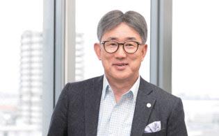 高岡浩三さん。ネスレ日本社長兼CEO。1960年大阪府生まれ。58歳。神戸大学経営学部を卒業後の83年4月、新卒でネスレ日本入社。営業本部東京支店に配属。39歳で菓子販売子会社であるネスレコンフェクショナリーに出向し、プロジェクトディレクターに就任。41歳で同社マーケティング本部長、45歳で同社社長に。49歳でネスレ日本副社長、50歳で現職。著書に『逆算力』(日経BP社)『世界基準の働き方』(PHP研究所)など。