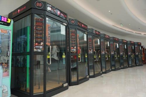 超小型のカラオケボックス。ショッピングセンターの通路などに設置されている