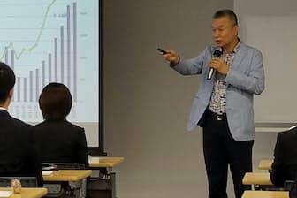 新卒採用セミナーで講演するエン・ジャパンの越智通勝会長