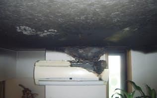 2013年8月に火災が発生した福岡市内の住宅A。エアコンの室内機が発火して、天井や壁が延焼した(写真:福岡市消防局)