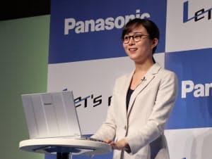 比嘉愛未さんが眼鏡をかけて顔認証機能「Windows Hello」のデモを披露