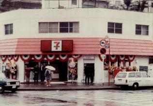 セブンイレブンの日本1号店は1974年5月にフランチャイズチェーン方式で東京・豊洲にに出店した。