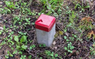 境界標(写真)は土地の境界線を明確にするうえで重要。赤色部分の矢印の先が境界点だ=PIXTA