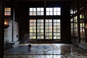 ランプの明かりだけで過ごす青森県・ランプの宿 青荷温泉の「健六の湯」