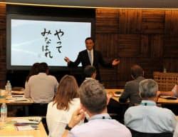 「サントリー大学」でリーダーシップについて講義する新浪氏(2016年、東京・お台場の同社施設)