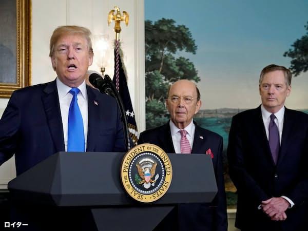 対中関税を発表するトランプ大統領のそばにはロス商務長官(中)、ライトハイザーUSTR代表(右)らが陣取った=ロイター