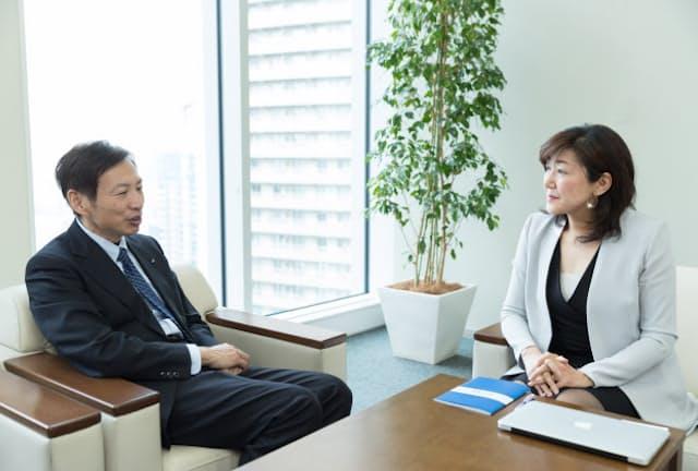 ロート製薬の山田邦雄会長(左)と白河桃子さん(写真:吉村永、以下同)
