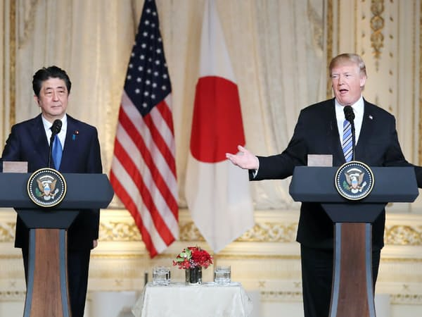 トランプ米大統領は安倍首相の隣で「2国間交渉がよい」と言い切った(18日、米フロリダ州)