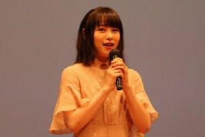 あいさつに立つ女優の桜井日奈子さん