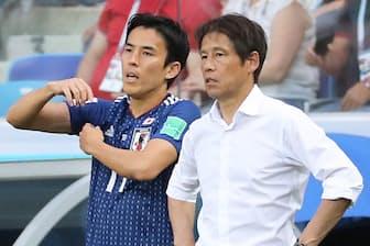 W杯ロシア大会で日本代表を支えたキャプテンの長谷部選手(左)。右は西野監督