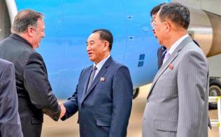 平壌に到着して北朝鮮の金英哲副委員長(中)と握手するポンペオ米国務長官(6日)=米国務省のツイッターより
