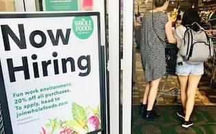 「ただいま求人中」の看板を掲げるワシントン市内の食品スーパー「ホールフーズ」