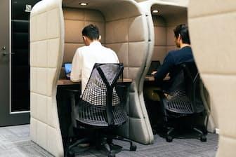 外界を遮断して仕事に打ち込むのが常に有益とは限らない。 写真はイメージ=PIXTA