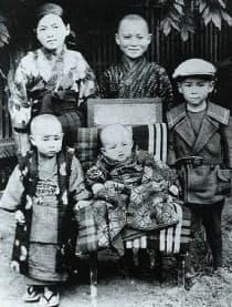 幼少時代の金丸信(後中央)と姉弟