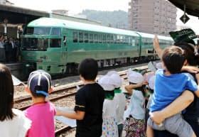 JR久大線が全線復旧し、日田駅で特急「ゆふいんの森」を出迎える人たち(14日午前、大分県日田市)