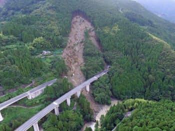 斜面崩壊によって上り線の立川橋が流失した高知道の現場。ドローンで南東上空から撮影した。写真手前の下り線は斜面から離れており、無事だった。下は立川川(写真:都築安和)