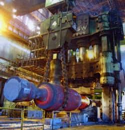 真っ赤に燃える鋼の塊を打つ世界最大級のプレス機(日本製鋼所室蘭製作所)