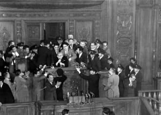 安保国会の衆議院本会議強行採決で、清瀬一郎議長(中央)を背後からガードする金丸信(左後ろ)=朝日新聞社提供