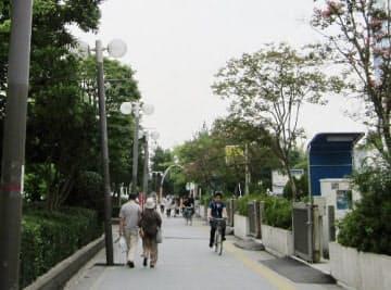 新浦安駅付近の歩道。よく見ると、街灯が傾いたままだった(写真:日経ホームビルダー、2011年7月28日撮影)