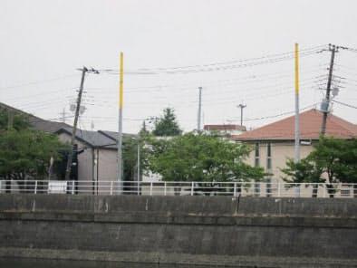 境川の対岸から住宅街を見ると、傾いた電柱が見えた(写真:日経ホームビルダー、2011年7月28日撮影)