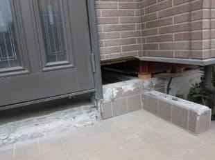 傾いた住宅を補修していた現場。築10年ほどの木造住宅を土台ごとジャッキアップした(写真:日経ホームビルダー、2011年7月28日撮影)
