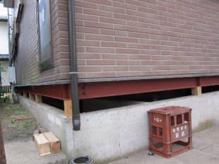 土台の下に鉄骨を入れて建物を支え、水平にする作業までが終了した状態(写真:日経ホームビルダー、2011年7月28日撮影)