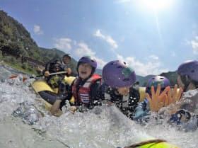 球磨川のラフティングを楽しむ人たち(溝口隼平さん提供)
