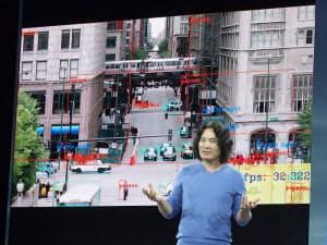 Edge TPUで動画に対する物体認識を実行するデモ。手前はグーグルのインジョン・リー氏
