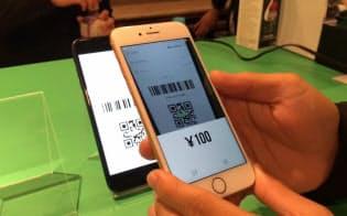 LINEペイの加盟店アプリで、顧客のQRコードを読み込んで決済しているところ