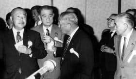 「保利元衆院議長をしのぶ会」で田中角栄と金丸信=毎日新聞社提供