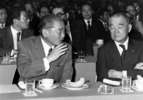 竹下登(左)と金丸信=毎日新聞社提供